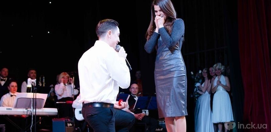 Фото 9 - Актер черкасского драмтеатра сделал предложение любимой во время концерта ко Дню Валентина