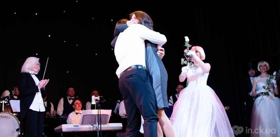 Фото 10 - Актер черкасского драмтеатра сделал предложение любимой во время концерта ко Дню Валентина