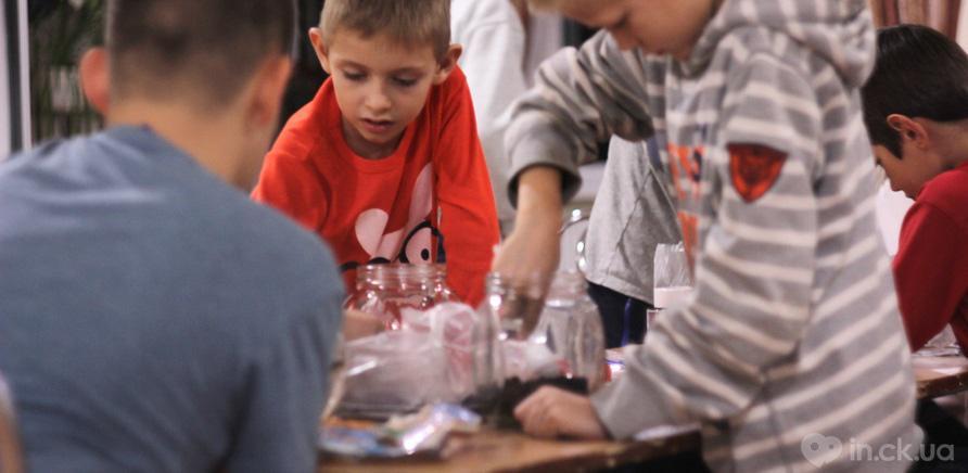 Фото 1 - Черкащанин бесплатно обучает детей теслярству