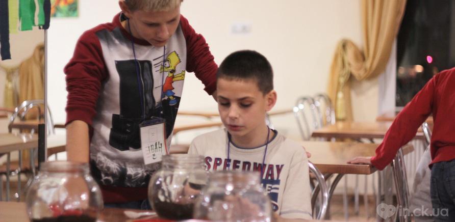 Фото 2 - Черкащанин бесплатно обучает детей теслярству