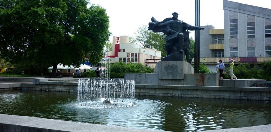 Статуя Бояна на фонтані посеред площі 700-річчя. Фото з Вікіпедії