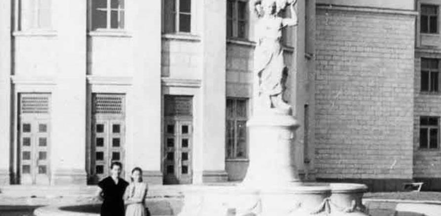 Фото 1 - Такий вигляд мав фонтан за радянських часів. Фото з фейсбука Бориса Юхна