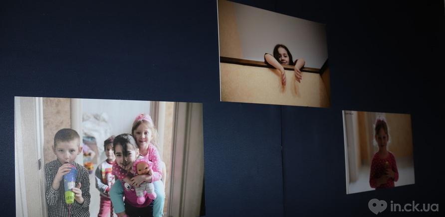 """Фото 1 - Выставка """"Хочу к маме"""" открылась в Черкассах"""