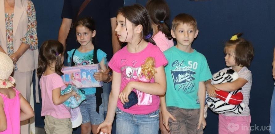 Фото 3 - Посмотреть на выставку пришли герои проекта – воспитанники дома семейного типа в Черкассах