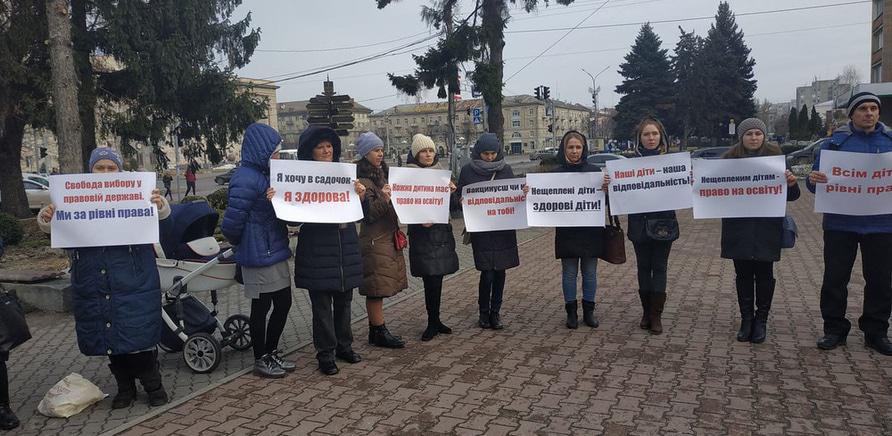 """'""""Протест непривитых"""": 30 черкасских мам митинговали у горсовета'"""