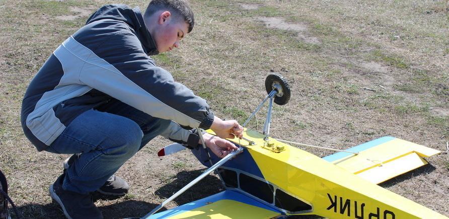 'Недитяче хобі: черкаський школяр  створив 2-метровий літак'