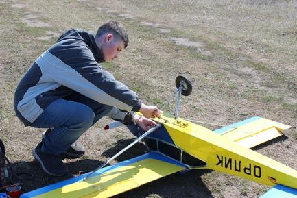 Статья 'Недетское хобби: черкасский школьник создал 2-метровый самолет'
