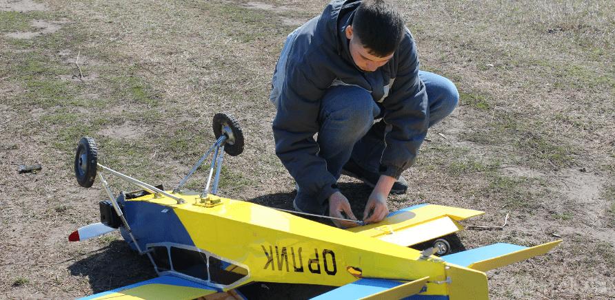 Фото 1 - Черкаський школяр створив 2-метровий літак