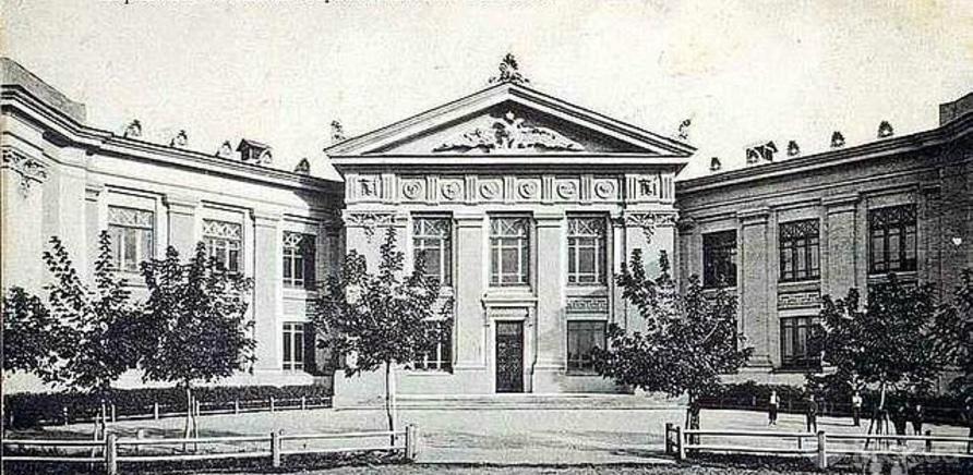 Фото 2 - №2 – здание в стиле развернутой книги