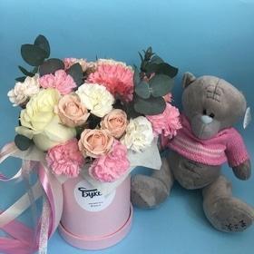 Коробочка с цветами и мишка Тедди