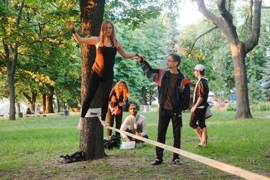 Зборовский Дмитрий, ведущий, конферансье - Мастер-класс по Слеклайну (хождение по натянутой стропе)